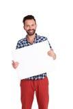 Szczęśliwy dorośleć mężczyzna mienia pustego miejsca billboard fotografia stock