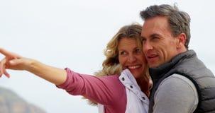 Szczęśliwy dorośleć pary wskazuje przy widokiem zdjęcie wideo