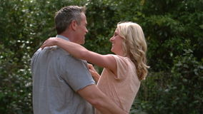 Szczęśliwy dorosły para taniec w ogródzie zdjęcie wideo