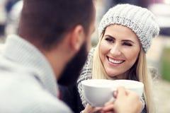 Szczęśliwy dorosły pary datowanie w kawiarni zdjęcia royalty free