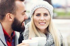 Szczęśliwy dorosły pary datowanie w kawiarni fotografia royalty free