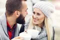 Szczęśliwy dorosły pary datowanie w kawiarni fotografia stock