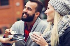 Szczęśliwy dorosły pary datowanie w kawiarni obrazy stock