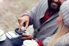 Szczęśliwy dorosły pary datowanie w kawiarni obraz royalty free
