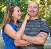 Szczęśliwy dorosły pary pozować, kobieta dotyka mężczyzna twarz, romantyczni ludzie pojęć, lato sezon, emocja i uczucie, Obraz Stock