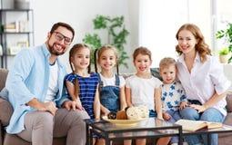 Szczęśliwy dużej rodziny matki ojciec i dzieci w domu obrazy royalty free