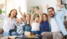 Szczęśliwy dużej rodziny matki ojciec i dzieci w domu zdjęcia royalty free