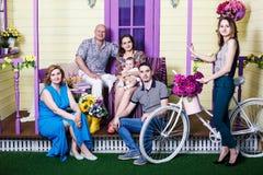 Szczęśliwy duży rodzinny obsiadanie na ganeczku Obrazy Stock