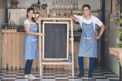 Szczęśliwy dwa małych biznesów właściciel przygotowywający otwierać ich kawiarni Obrazy Royalty Free