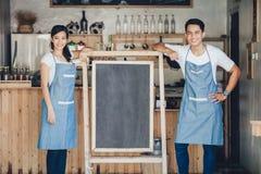 Szczęśliwy dwa małych biznesów właściciel przygotowywający otwierać ich kawiarni Obraz Royalty Free