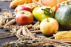 Szczęśliwy dziękczynienie dnia tło, drewniany stół dekorował z bani, kaczanu, świeczek i jesień liści girlandą, Piękny Hol zdjęcia stock
