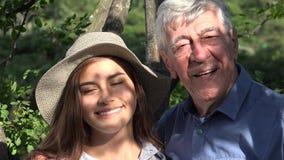 Szczęśliwy dziad i nastoletnia dziewczyna zdjęcie wideo