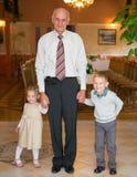 Szczęśliwy dziad z wnukami Zdjęcia Royalty Free