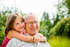 Szczęśliwy dziad z wnukiem obraz royalty free