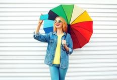 Szczęśliwy dzień! uśmiechnięta kobieta bierze obrazek jaźni portret na smartphone obrazy stock