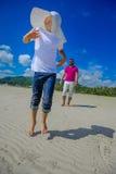 Szczęśliwy dzieciństwo: ojciec i syn ma zabawę na tropica obrazy stock