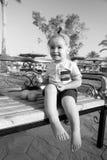 Szczęśliwy dzieciak lub chłopiec bosi z pomarańczową owoc Zdjęcie Royalty Free