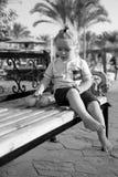 Szczęśliwy dzieciak lub chłopiec bosi z pomarańczową owoc Obraz Stock