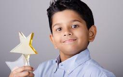 Szczęśliwy dzieciak lub uczeń z nagrodą fotografia royalty free