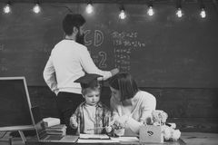 Szczęśliwy dzieciak ma zabawę Chłopiec słucha mama z uwagą Homeschooling pojęcie Rodzina dba o edukaci ich Fotografia Royalty Free