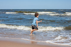 Szczęśliwy dzieciak na plaży Zdjęcia Royalty Free