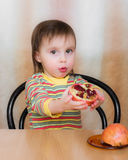 Szczęśliwy dzieciak z granatami. Fotografia Stock