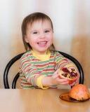 Szczęśliwy dzieciak z granatami. Obraz Stock