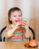 Szczęśliwy dzieciak z granatami. Zdjęcie Stock