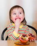 Szczęśliwy dzieciak z granatami. Obrazy Stock