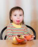 Szczęśliwy dzieciak z granatami. Obraz Royalty Free