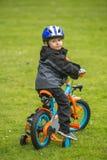 Szczęśliwy dzieciak z rowerem w parku obrazy royalty free