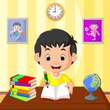 Szczęśliwy dzieciaka studiowanie ilustracji