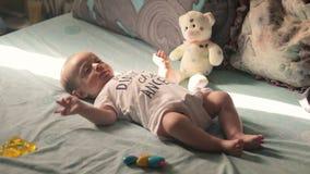 szczęśliwy dziecka łóżko zbiory wideo