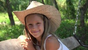 Szczęśliwy dziecka chlania Bawić się Plenerowy w naturze, Uśmiechnięty dziewczyna portret 4K zbiory wideo