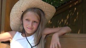 Szczęśliwy dziecka chlania Bawić się Plenerowy w naturze, Uśmiechnięty dziewczyna portret 4K zdjęcie wideo