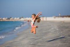 Szczęśliwy dziecka doskakiwanie w wakacje na egzotycznej tropikalnej plaży zdjęcie royalty free