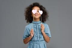 szczęśliwy dziecka nakrycie ono przygląda się z serce znakami Zdjęcia Stock