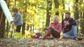 Szczęśliwy dziecko artysty rysunku obrazek na jesieni naturze Rodzinny rodzicielstwo i ludzie pojęć - szczęśliwy macierzysty ojci zbiory