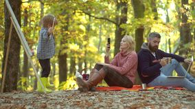 Szczęśliwy dziecko artysty rysunku obrazek na jesieni naturze Szczęśliwa potomstwo para z męskimi dziećmi outdoors Potomstwo rodz zbiory wideo