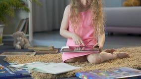 Szczęśliwy dziecko bawić się interaktywną edukacyjną grę na pastylce, używać wiszącą ozdobę app zbiory