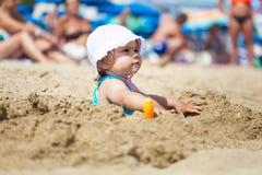 Szczęśliwy dziecko bawić się w jasnej czystej wodzie morskiej obrazy royalty free