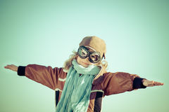Szczęśliwy dziecko bawić się z zabawkarskim samolotem Fotografia Stock