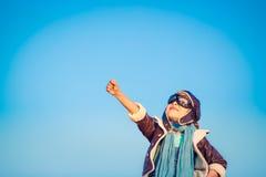 Szczęśliwy dziecko bawić się z zabawkarskim samolotem zdjęcia stock