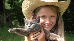 Szczęśliwy dziecko Bawić się z zwierzętami, Roześmiany dziewczyna portret z kotami Plenerowy 4K zdjęcie wideo