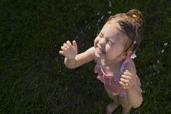 Szczęśliwy dziecko bierze prysznic outdoors Wakacje i zdrowy stylu życia pojęcie zdjęcie royalty free