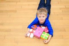 Szczęśliwy dziecko bierze teraźniejszość przy rodzinnym wakacje Obrazy Stock