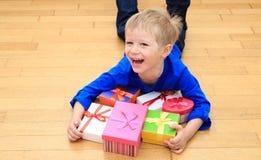 Szczęśliwy dziecko bierze teraźniejszość przy rodzinnym wakacje Zdjęcia Stock