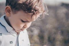 Szczęśliwy dziecko, chłopiec spojrzenia zestrzela outdoors, zadumany spojrzenie w białej koszulce twój tekst kosmicznych Retro st obraz stock