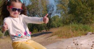 Szczęśliwy dziecko chodzi rzeką sezon jest jesienią zdjęcie wideo
