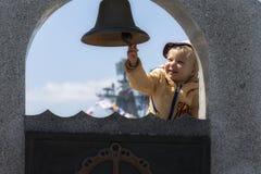 Szczęśliwy dziecko dzwoni statku ` s dzwon Obrazy Stock